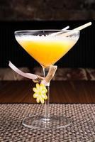 cocktail alcoólico em um restaurante de sushi em uma mesa escura foto