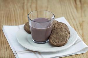 leite com chocolate e biscoitos