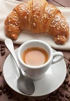 café expresso com croissant foto