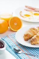 delicioso café da manhã com croissants e suco foto