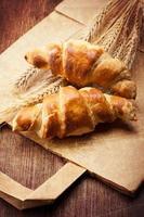 croissants em estilo rústico foto