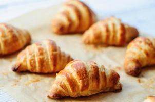 croissants frescos cozidos em papel manteiga