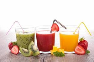variedade de suco de frutas foto