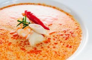 sopa picante tailandesa de tomyumkung foto
