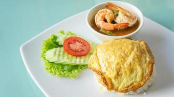 omelete tailandês e caril de sopa picante de camarão com omelete de legumes (vegetais tailandeses) foto