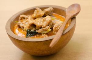 pasta de curry saborosa vermelha com carne de porco e leite de coco (panang) foto