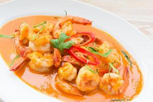 comida tailandesa picante, curry vermelho com camarão foto