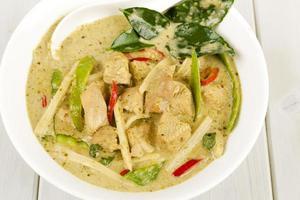 kaeng khiao wan kai - curry de frango verde tailandês foto