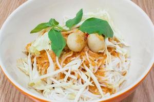 aletria de arroz tailandês com curry foto