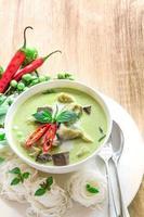 leite de coco cremoso de curry verde com frango, comida tailandesa popular foto