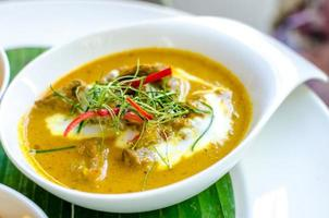 pasta de curry vermelho com carne fatiada e leite de coco