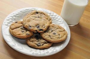 biscoitos e leite foto