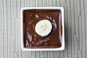 fatia de banana em calda de chocolate foto