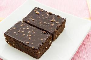 bolo de brownie em fundo branco. foto