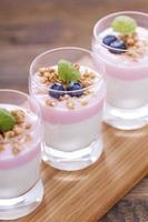 deliciosa sobremesa com frutas e flocos foto