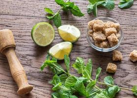 ingredientes para o mojito no fundo de madeira foto