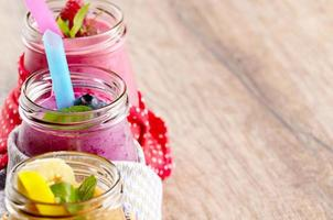 batidos de frutas sortidas na mesa branca foto