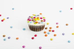 bolinhos de chocolate com gotas de chocolate coloridas foto