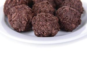 deliciosos chocolates em close-up de placa foto