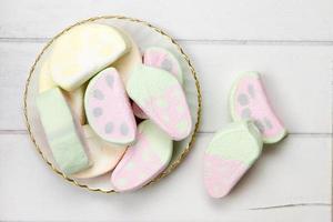 doces de marshmallow numa superfície de madeira foto