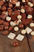 diferentes tipos de chocolates em close-up de madeira mesa foto