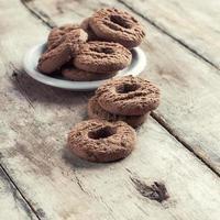 biscoitos de chocolate na mesa de madeira foto