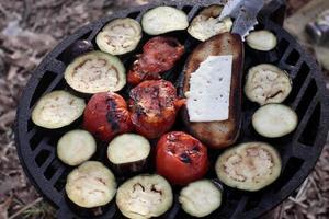 legumes e pão com queijo foto