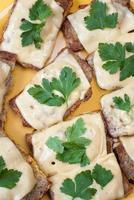 torradas de queijo com salsa foto