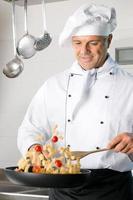 chef cozinhar macarrão foto