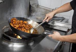 mãos de homem cozinhando foto