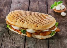 sanduíche grelhado com frango e queijo mussarela foto