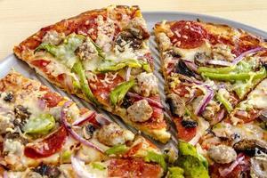 pizza suprema de massa fina fresca foto