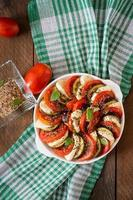 prato de gratinado preparado berinjela crua com mussarela e tomate foto