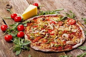 deliciosa pizza na mesa foto