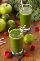 suco de smoothie de frutas e vegetais verde saudável foto