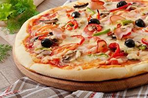 pizza com presunto, cogumelos e azeitonas