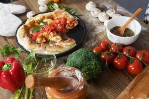 pizza caseira margarita na mesa foto