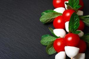 salada caprese em palitos foto