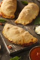 calzones italianos caseiros de carne e queijo foto