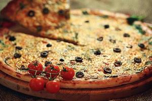 pizza com uma fatia cortada, deliciosos bolos