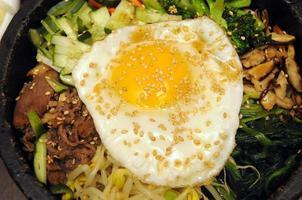 close-up de bibimbap foto