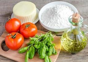 ingredientes para pizza no fundo de madeira