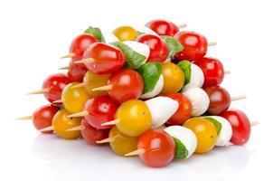 composição de tomate cereja e mussarela no espeto
