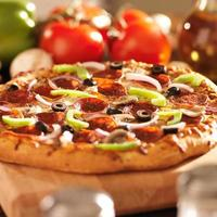 pizza italiana suprema com calabresa e coberturas foto