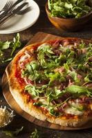 pizza de presunto e rúcula foto