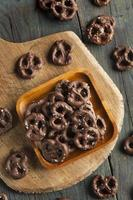 pretzels com cobertura em chocolate caseiros foto