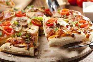 pizza com presunto e cogumelos foto