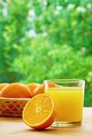 laranjas e suco foto