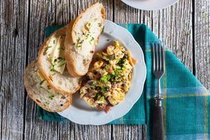 ovos mexidos com presunto e cebolinha. foto