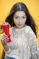 mulher com bebida tropical vermelha foto